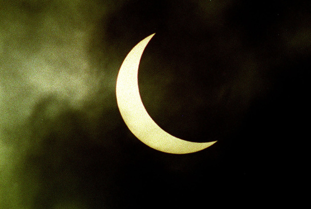 Photo of the last solar eclipse in 1999, seen from London, as a rush-hour eclipse of the Sun brings an unmissable astronomical spectacle to the UK this week that will not be repeated for another decade.