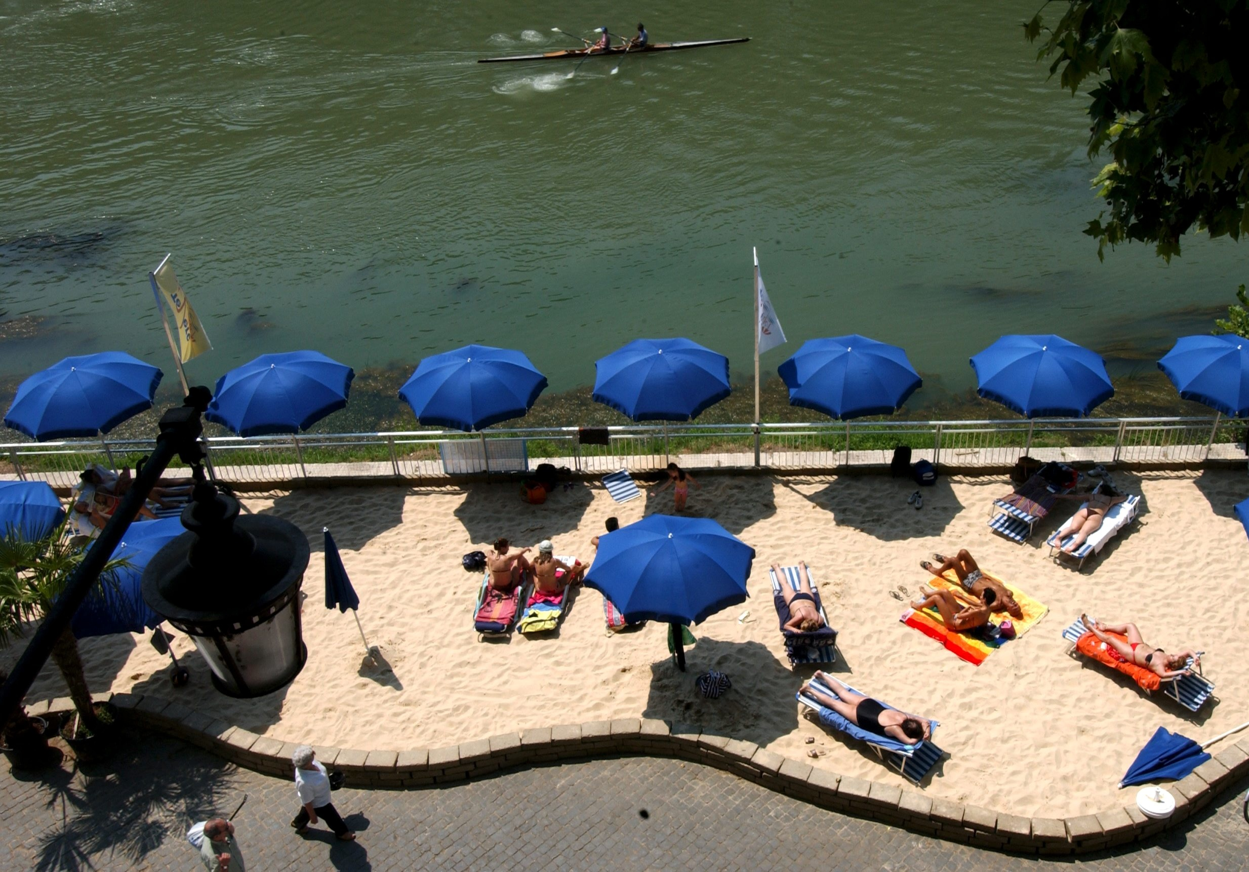 The Tevere Village was set up on both sides of the Tiber River between Ponte Sant'Angelo and Ponte Umberto in 2005.